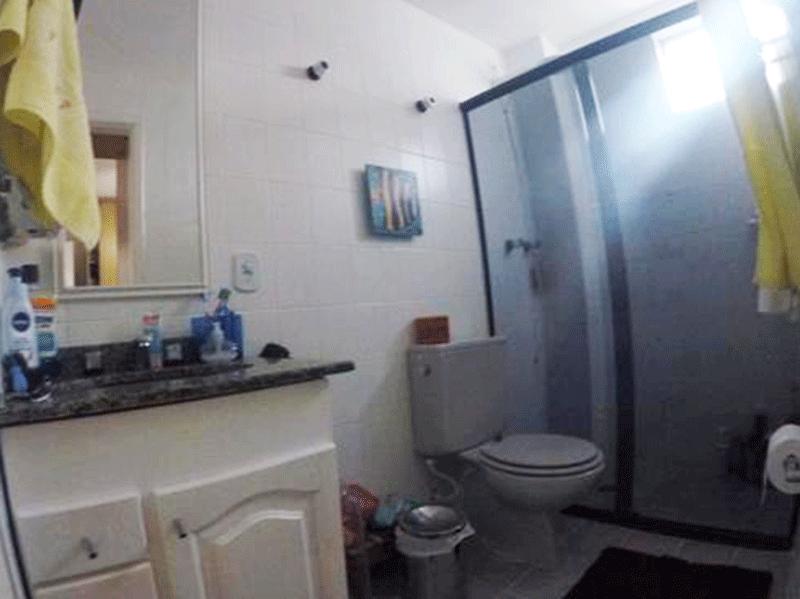 Sacomã, Apartamento Padrão-Banheiro da suíte e social com piso de cerâmica, pia de granito com gabinete e box de vidro.