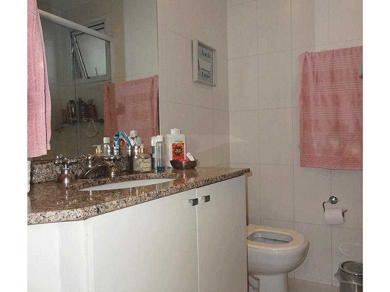 Ipiranga, Apartamento Padrão-Banheiro das suíte com piso de cerâmica, pia de granito com gabinete e box de vidro.