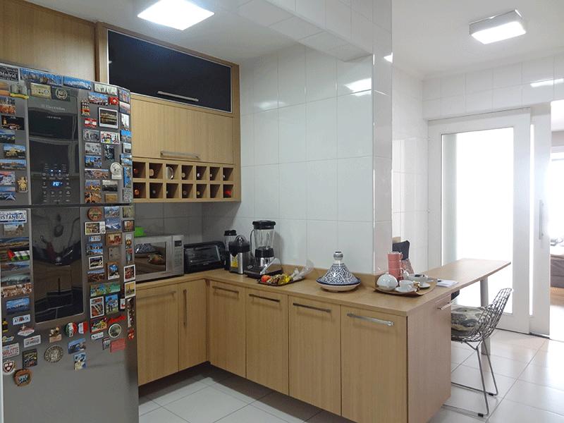 Ipiranga, Apartamento Padrão-Cozinha com piso de cerâmica, teto com moldura de gesso, pia de mármore com gabinete e armários planejados.