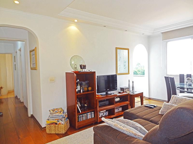 Jabaquara, Apartamento Padrão - Sala com dois ambientes, piso de madeira, teto sanca com moldura de gesso e iluminação embutida.