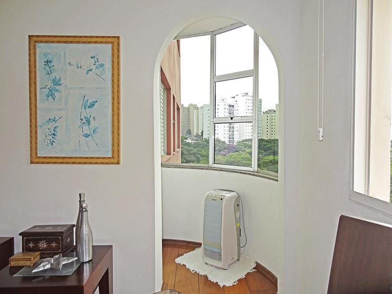 Jabaquara, Apartamento Padrão-Sacada com piso de madeira e cortina de vidro.