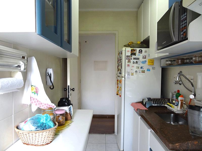 Jabaquara, Apartamento Padrão-Cozinha com piso de cerâmica, pia de granito, armários planejados e teto com moldura de gesso.