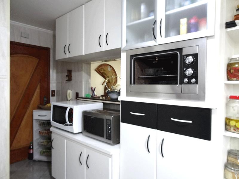 Ipiranga, Apartamento Padrão-Cozinha com piso de porcelanato, teto com moldura de gesso, pia de granito e armários planejados.