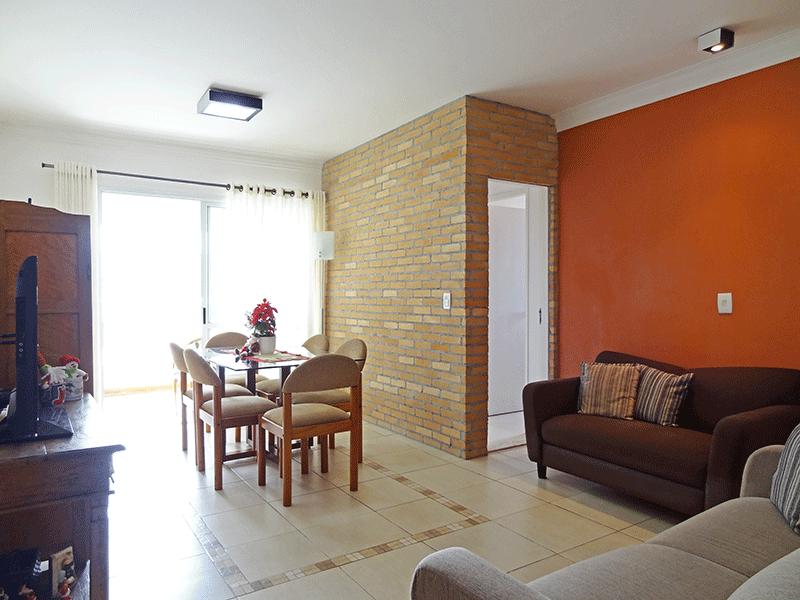 Ipiranga, Apartamento Padrão - Sala em L com dois ambientes, piso de cerâmica, teto com moldura de gesso e acesso à varanda.
