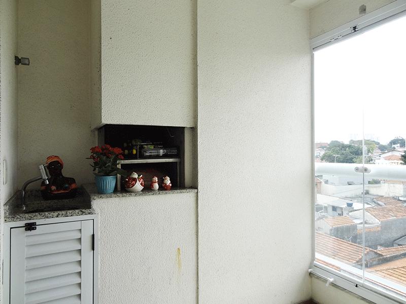 Ipiranga, Apartamento Padrão-Varanda gourmet envidraçada com piso de cerâmica, pia de granito com gabinete e churrasqueira.
