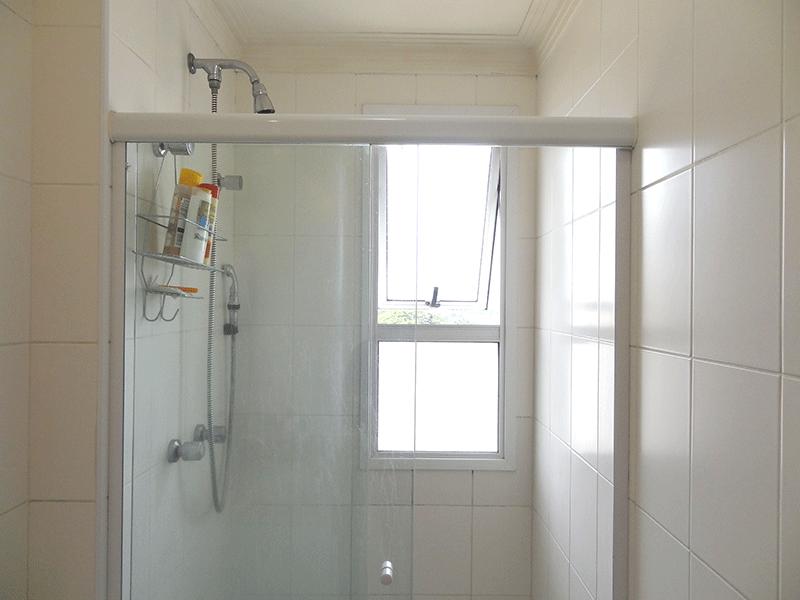 Ipiranga, Apartamento Padrão-Banheiro da suíte com piso de cerâmica, pia de granito,gabinete, box de vidro e teto com moldura de gesso.