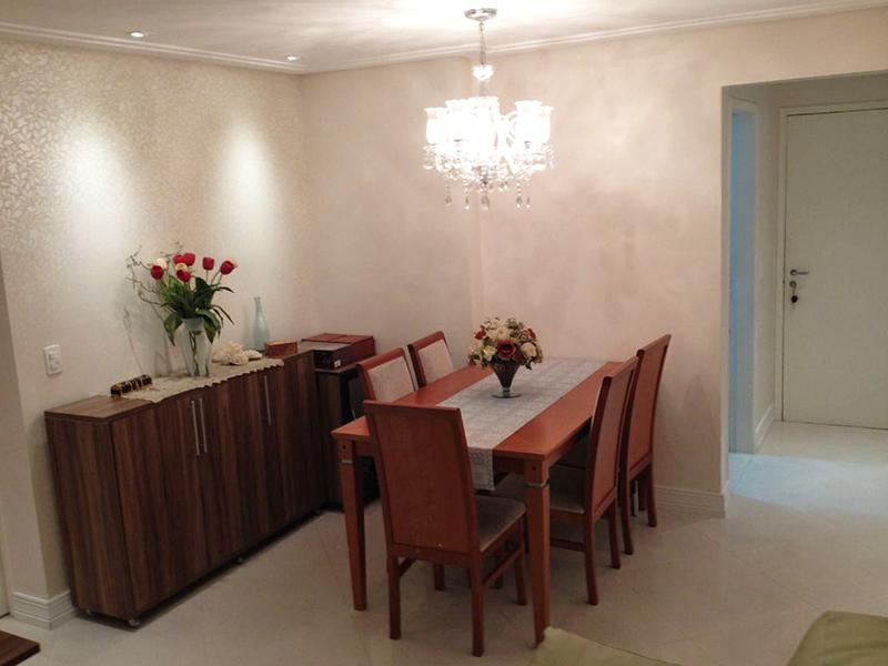 Sacomã, Apartamento Padrão - Sala em L com dois ambientes, piso de porcelanato, teto com moldura de gesso, iluminação embutida e acesso à varanda.