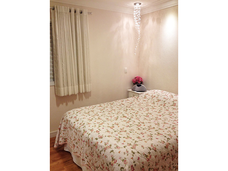 Sacomã, Apartamento Padrão-Suíte com piso laminado, teto com moldura de gesso, iluminação embutida e armário planejado.