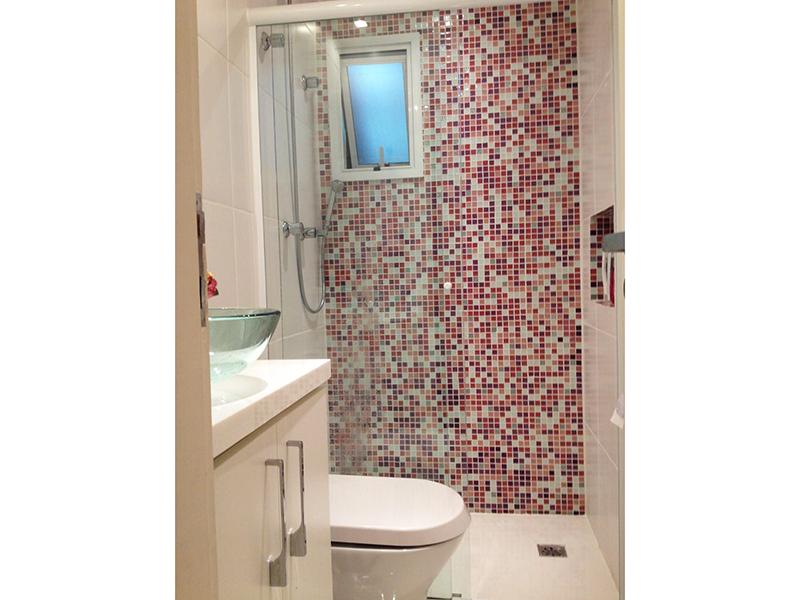 Sacomã, Apartamento Padrão-Banheiro social com piso de cerâmica, pia de mármore com cuba de vidro sobreposta e box de vidro.