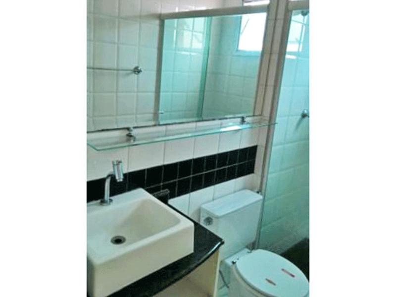 Sacomã, Apartamento Padrão-Banheiro com piso de cerâmica, teto com moldura de gesso, cuba sobreposta, gabinete e box de vidro.