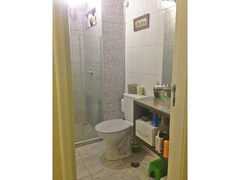 Jabaquara, Apartamento Padrão-Banheiro com piso de cerâmica, cuba sobreposta, bancada de vidro e box de vidro.
