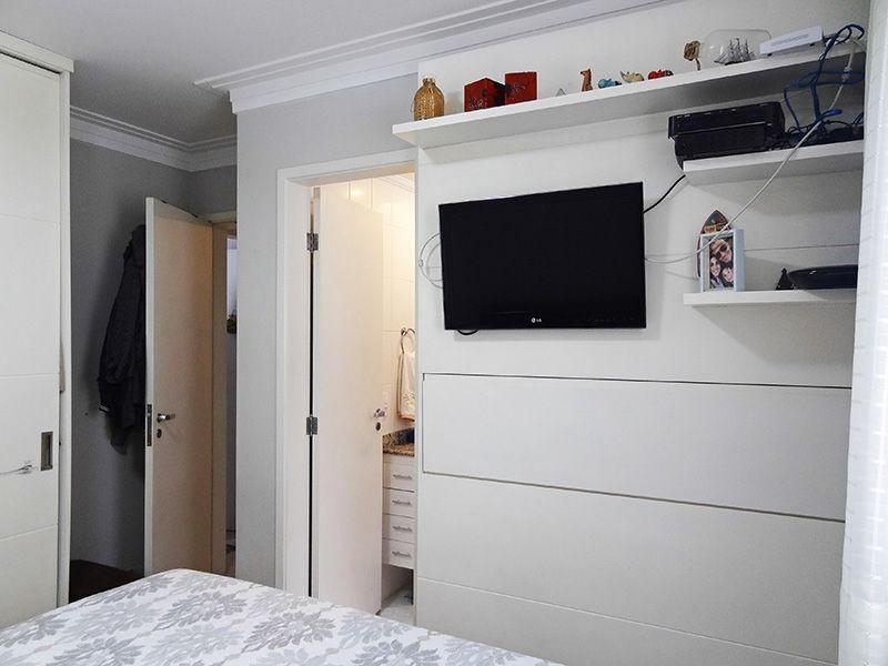 Jabaquara, Apartamento Padrão-Suíte com piso de porcelanato, teto com moldura de gesso e armários planejados.