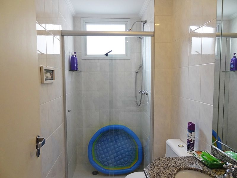 Jabaquara, Apartamento Padrão-Banheiro social com piso de cerâmica, pia de granito com gabinete, teto com moldura de gesso e box de vidro.