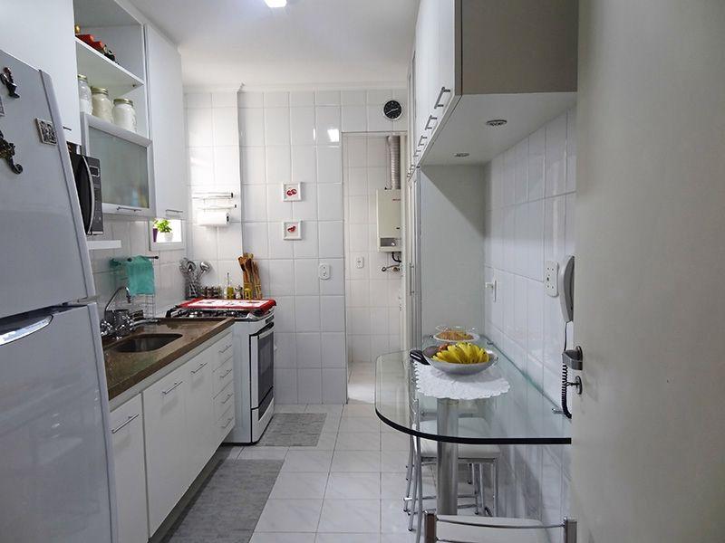 Jabaquara, Apartamento Padrão-Cozinha com piso de cerâmica, pia de granito com gabinete, teto com moldura de gesso e armários planejados.