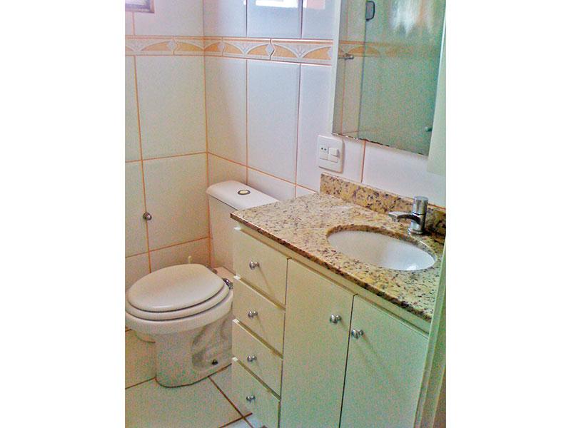 Jabaquara, Apartamento Padrão-Banheiro com piso de cerâmica, gabinete, pia de mármore e box de vidro.