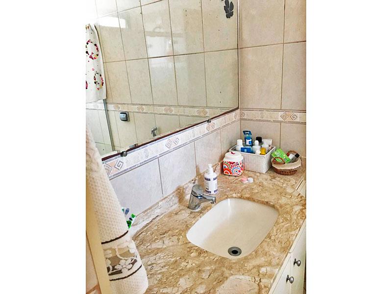 Ipiranga, Apartamento Padrão-Banheiro da suíte com piso de cerâmica, gabinete e pia de mármore.