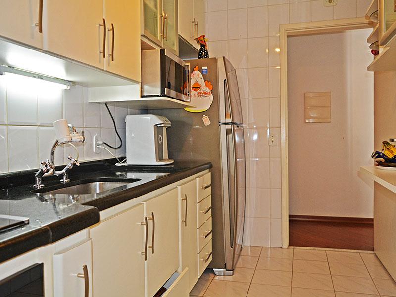 Jabaquara, Apartamento Padrão-Cozinha co piso de cerâmica, teto com moldura de gesso, armários planejados, gabinete, cooktop, pia de granito e acesso a área de serviço.