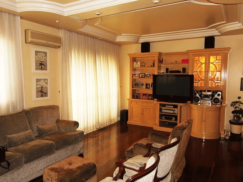 Cursino, Apartamento Padrão - Sala em L com dois ambientes, piso de madeira, teto com sanca de gesso, iluminação embutida e acesso a varanda.