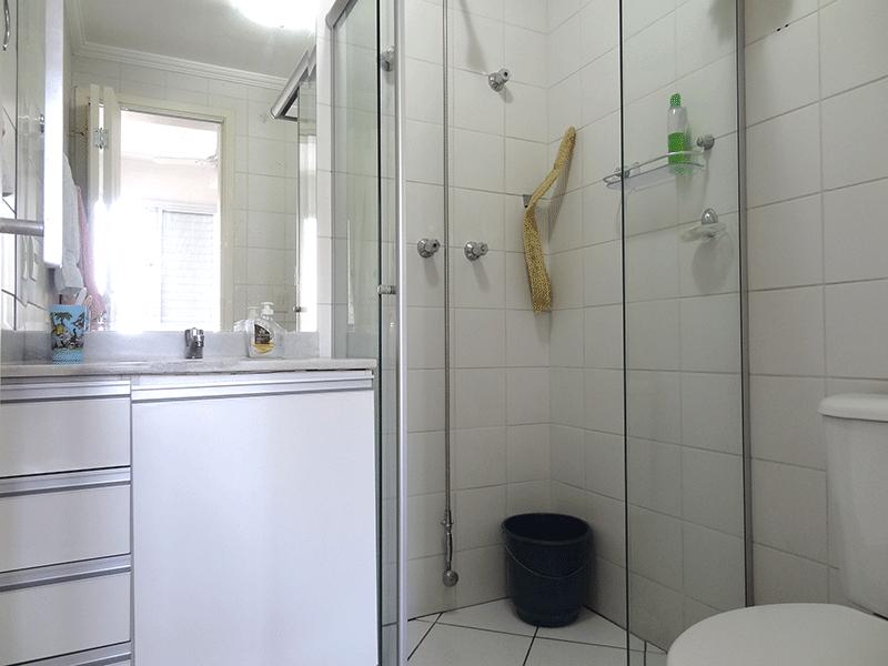 Ipiranga, Apartamento Padrão-Banheiro da suíte com piso de cerâmica, pia de mármore, gabinete, box de vidro e teto com moldura de gesso.
