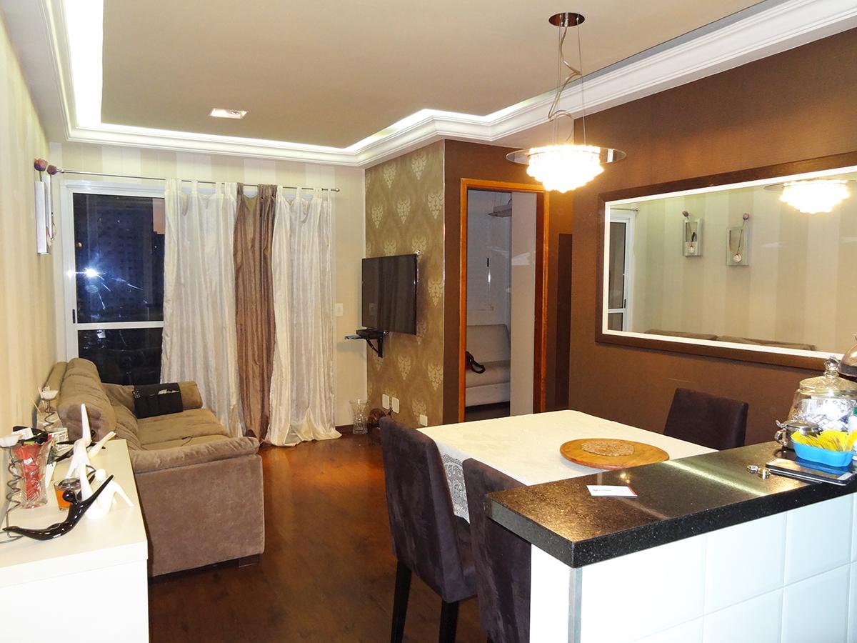 Ipiranga, Apartamento Padrão - Sala em L com dois ambientes, piso laminado, teto com sanca de gesso, iluminação direta e indireta, papel de parede e acesso à sacada.