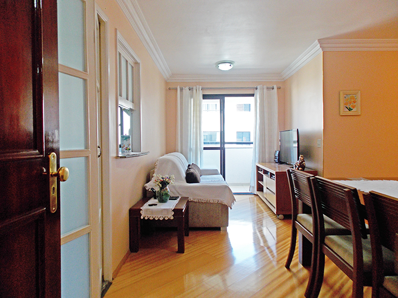 Jabaquara, Apartamento Padrão-Sala com dois ambientes, piso laminado, teto com moldura de gesso e acesso à varanda.