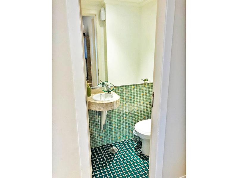 Jabaquara, Apartamento Padrão-Banheiro da área de serviço com piso de pastilha, teto com moldura de gesso e pia de granito.