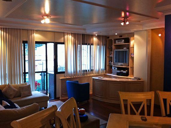 Saúde, Apartamento Padrão - Sala em L com dois ambientes, piso de madeira, teto com moldura de gesso e acesso à varanda.
