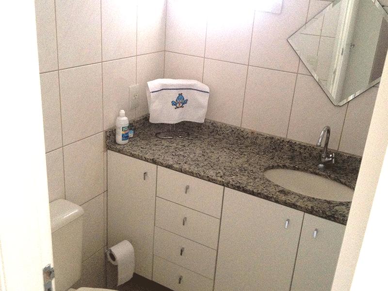Sacomã, Apartamento Padrão-Banheiro social com pia de granito, gabinete e box de vidro.