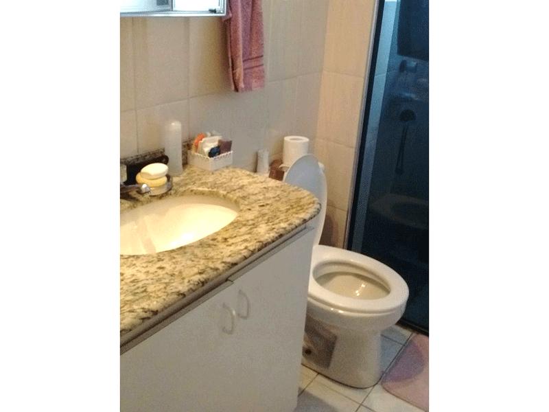 Jabaquara, Apartamento Padrão-Banheiro social com piso de cerâmica, pia de granito, gabinete e box de vidro.