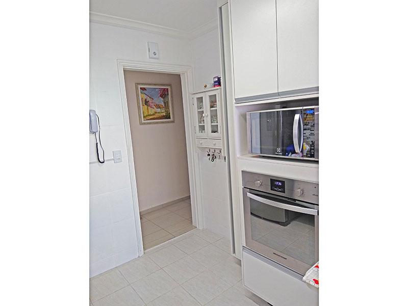 Jabaquara, Apartamento Padrão-Cozinha com piso de cerâmica, teto com moldura de gesso, armários planejados, gabinete, cooktop, pia de granito e acesso a área de serviço.