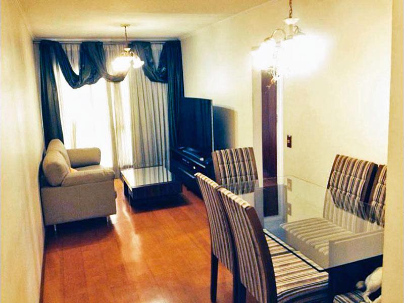 Jabaquara, Apartamento Padrão - Sala com piso de carpete de madeira, teto com moldura de gesso e acesso a sacada.