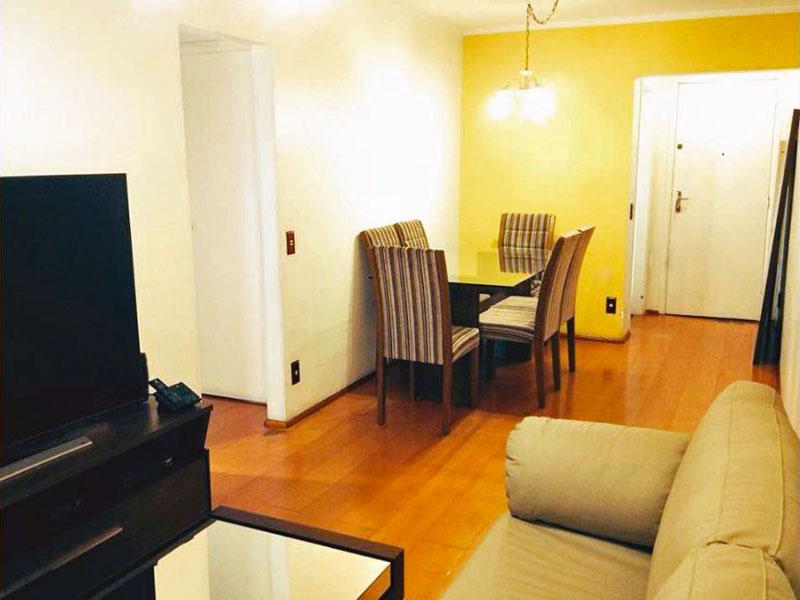 Jabaquara, Apartamento Padrão-Sala com piso de carpete de madeira, teto com moldura de gesso e acesso a sacada.