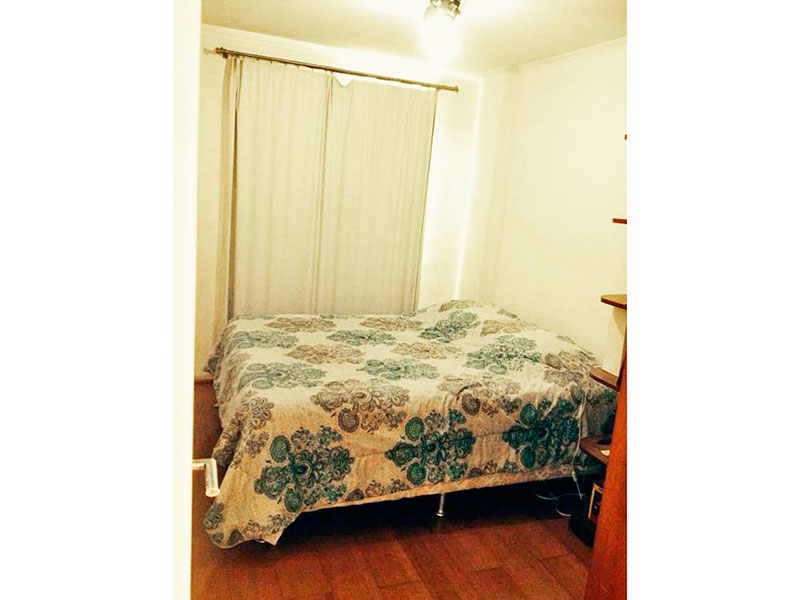 Jabaquara, Apartamento Padrão-1º Quarto com piso de carpete de madeira, teto com moldura de gesso e armários planejados.