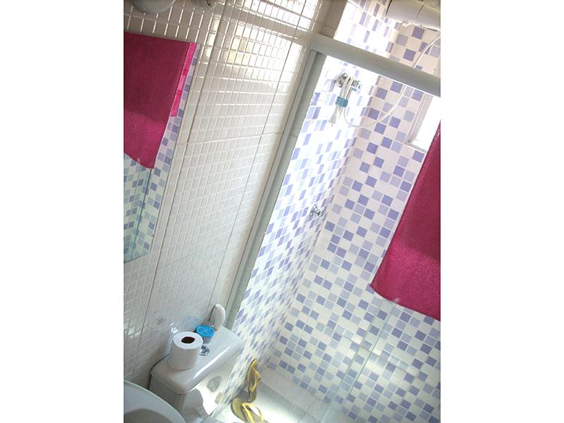 Jabaquara, Apartamento Padrão-Banheiro com piso de cerâmica, pia de porcelana e box de vidro.