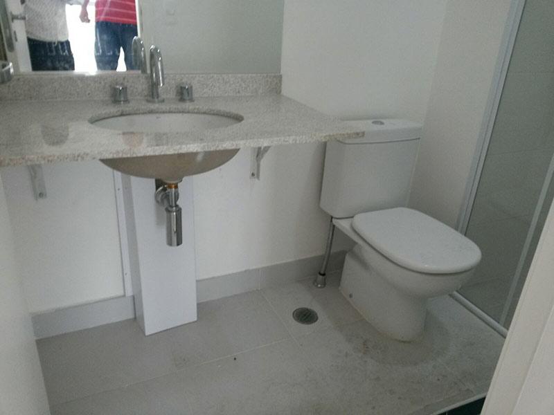Ipiranga, Cobertura Penthouse-Banheiro da suíte com piso de cerâmica, pia de granito, gabinete e box de vidro.
