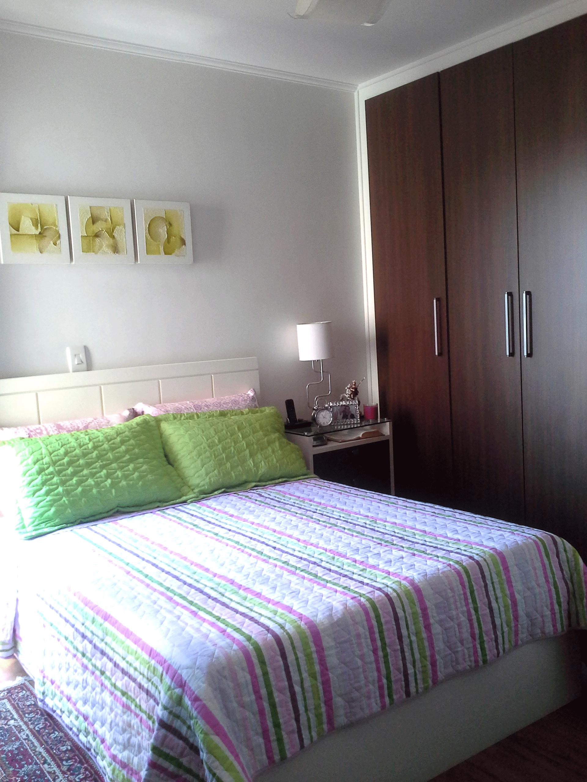 Ipiranga, Apartamento Padrão-Dormitório com piso laminado, moldura de gesso, armários planejados e sacada.