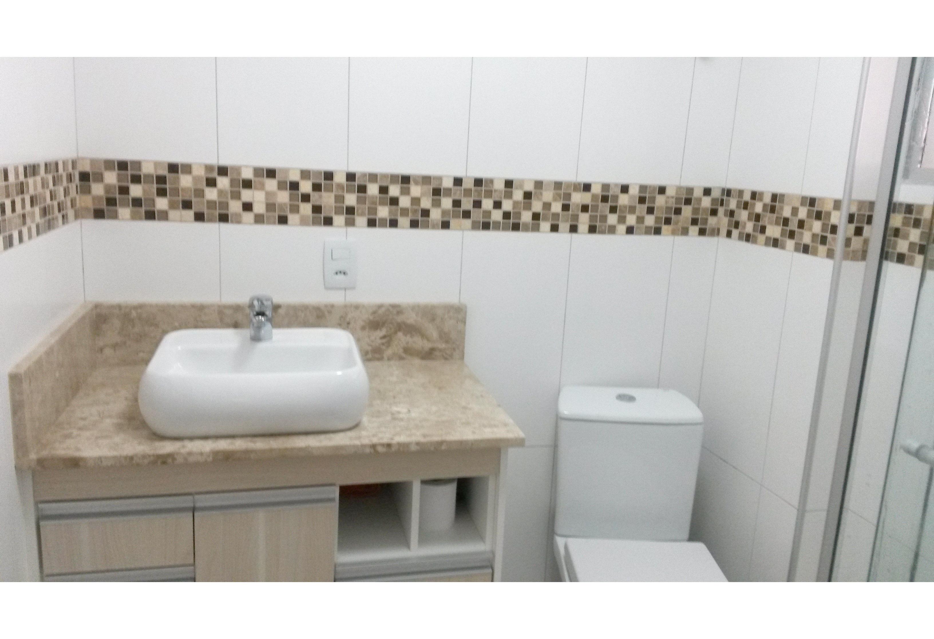 Jabaquara, Apartamento Padrão-Banheiro social com box de vidro e pia com bancada de mármore, cuba sobreposta e gabinete