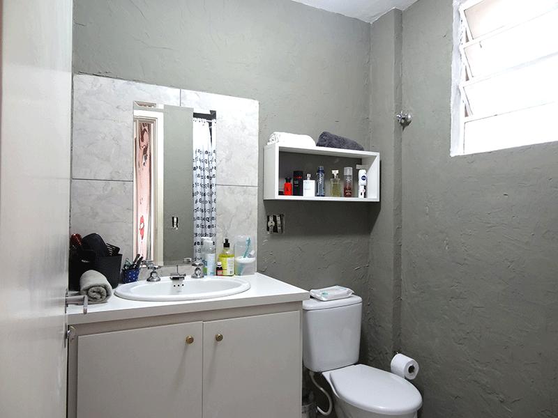 Ipiranga, Apartamento Padrão-Banheiro social com pia sintética e gabinete.