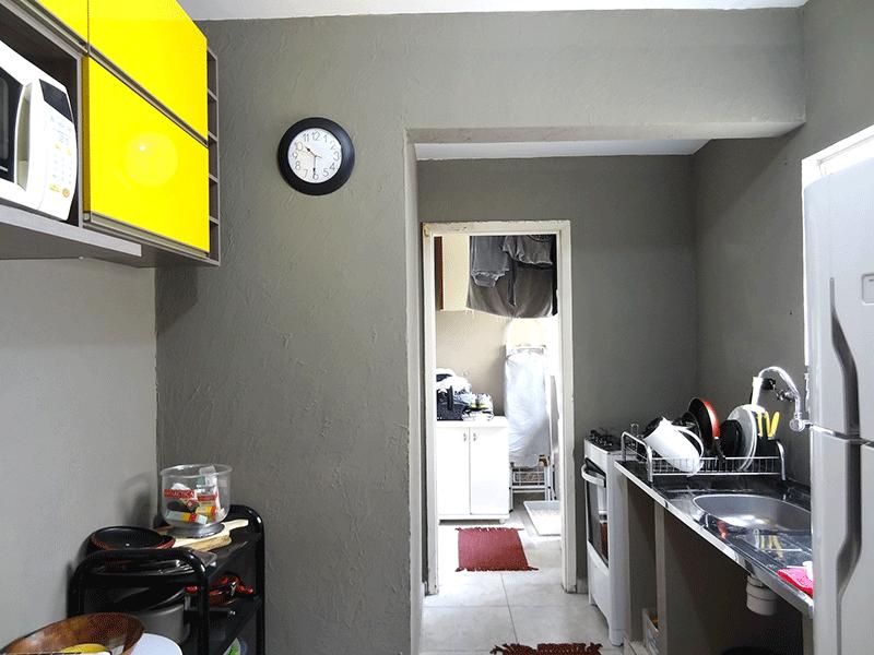 Ipiranga, Apartamento Padrão-Cozinha com piso de cerâmica e pia de inox.