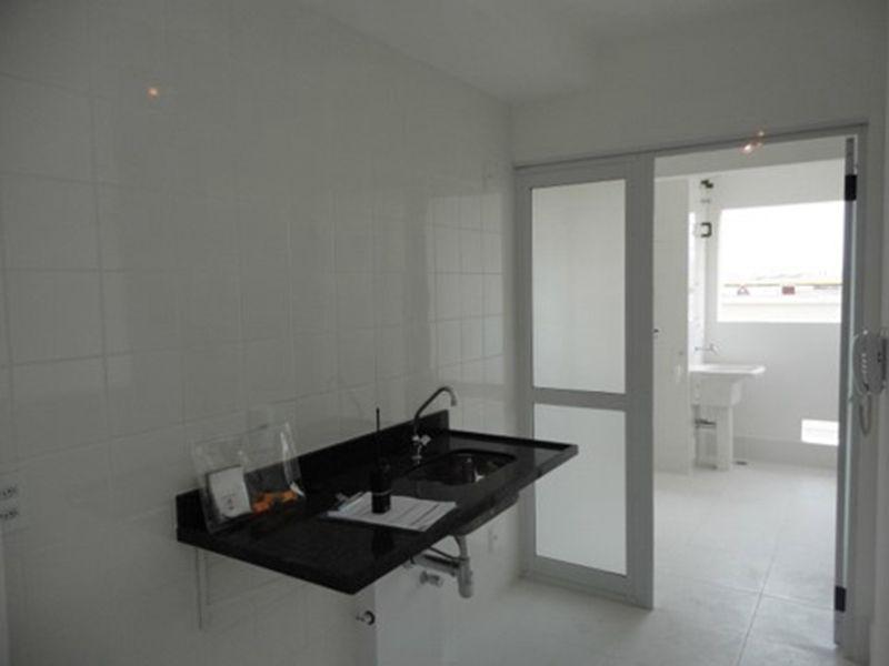 Ipiranga, Apartamento Padrão-Cozinha americana com piso de cerâmica, pia de granito e porta na passagem para a área de serviço.