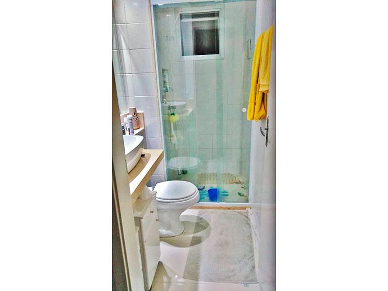 Sacomã, Apartamento Padrão-Banheiro social com piso de cerâmica, iluminação embutida, gabinete, pia sobreposta e box de vidro.