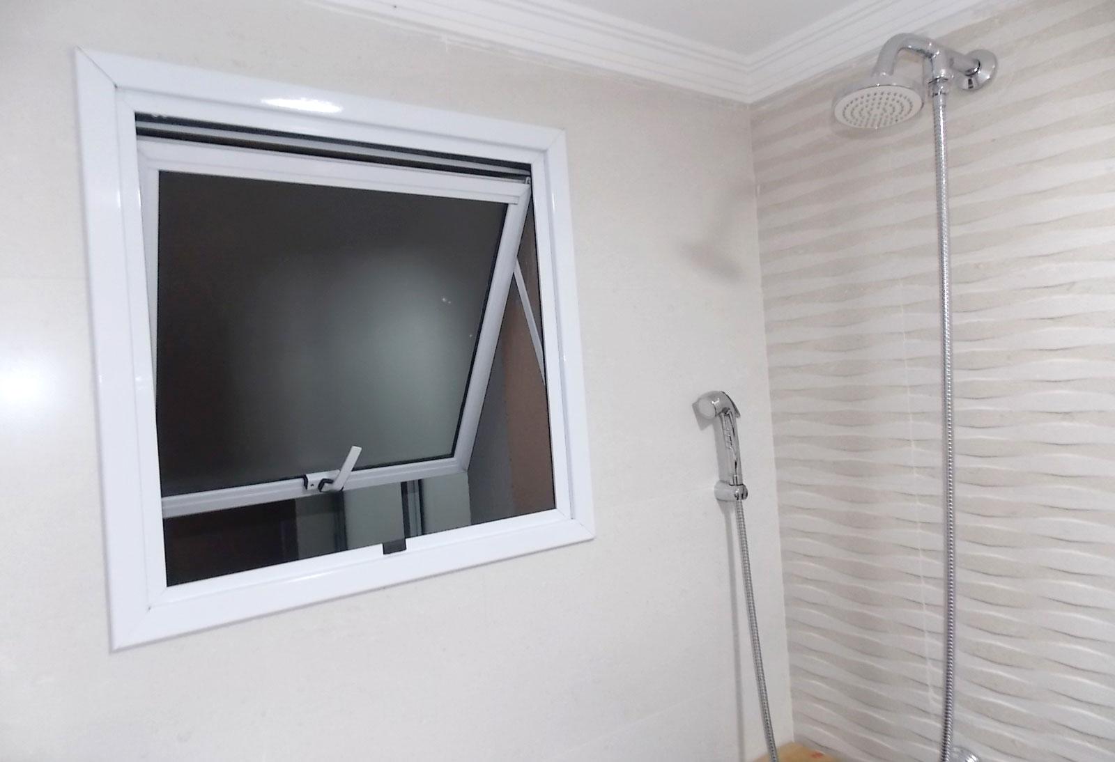 Sacomã, Apartamento Padrão-Banheiro com teto com moldura de gesso.