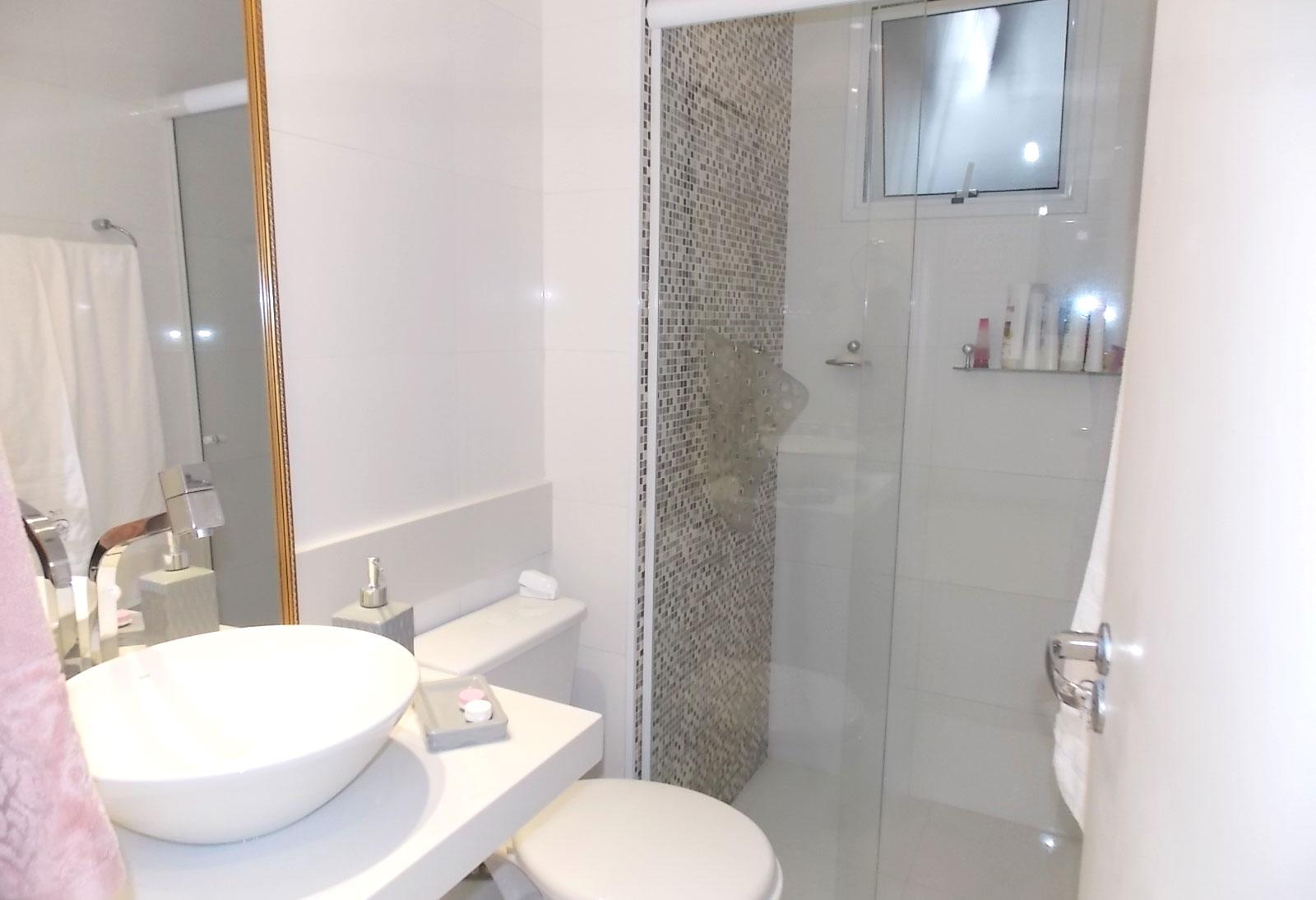Sacomã, Apartamento Padrão-Banheiro social com box de vidro e pia com bancada de quartzo e cuba sobreposta.