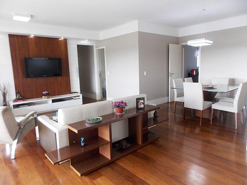Jabaquara, Apartamento Padrão-Sala ampliada com dois ambientes, piso de madeira, sanca e moldura de gesso com iluminação embutida e acesso a varanda.
