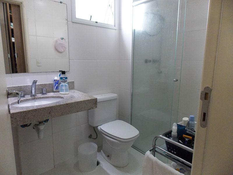 Jabaquara, Apartamento Padrão-Banheiro da suíte com piso de cerâmica, moldura de gesso e pia de granito.