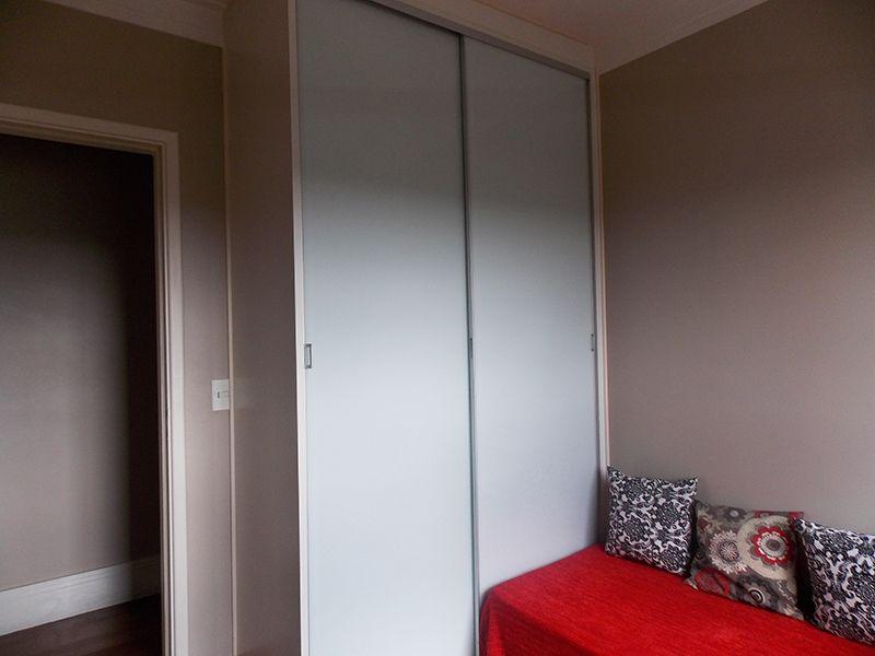 Jabaquara, Apartamento Padrão-Dormitório com piso de madeira, moldura de gesso, armários planejados e janelas com tela de proteção.