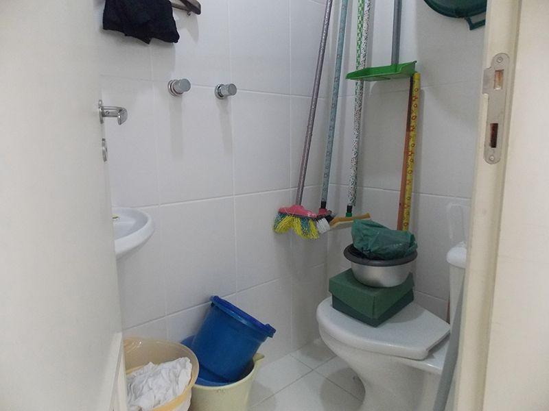 Jabaquara, Apartamento Padrão-Banheiro de serviço com piso de cerâmica e pia de porcelana.