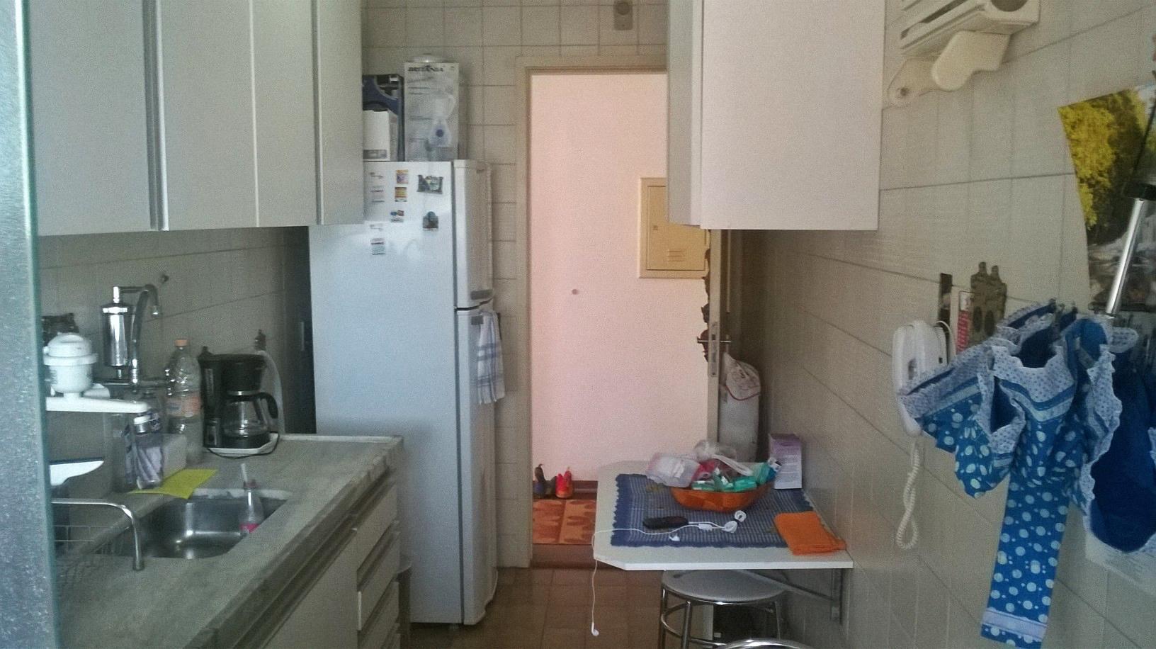 Jabaquara, Apartamento Padrão-Cozinha com piso de cerâmica, armários planejados, pia de mármore, teto com moldura de gesso e acesso a área de serviço