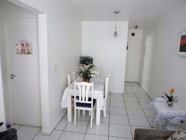 Sacomã, Apartamento Padrão-Sala retangular com dois ambientes, piso de cerâmica e acesso à varanda.