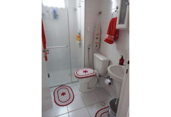 Sacomã, Apartamento Padrão-Banheiro social com piso de cerâmica, box de vidro e pia de porcelana.